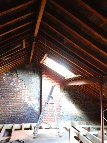 Après la modification de la charpente, 4 fenêtres de toit Velux ont été installées dans les combles du futur duplex