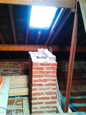 Démolition des 4 conduits de cheminée inutiles pour rendre les combles aménageables