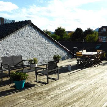 La terrasse de 80m2 sans vis-à-vis, atout incontestable de ce duplex esprit loft
