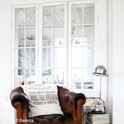 Verrière intérieure réalisée à partir d'une fenêtre en bois pour un espace cosy parfaitement organisé