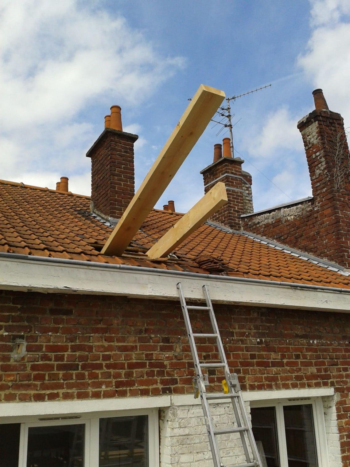 L'ouverture du toit permet de faire passer les poutres du futur plancher. Impressionnant !