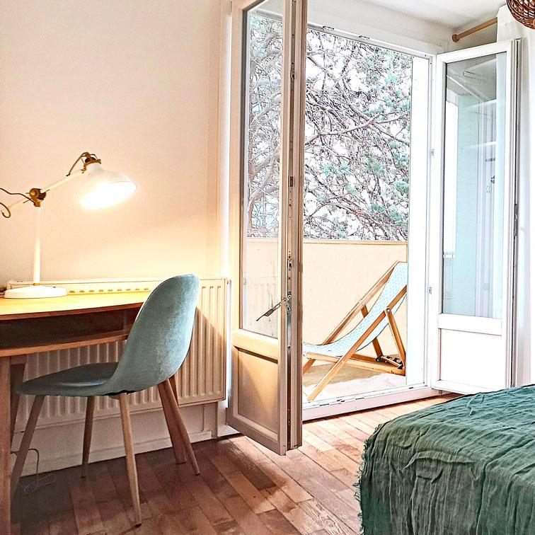 Bureau d'angle pour optimiser l'espace d'une petite chambre de 9 m2 en colocation
