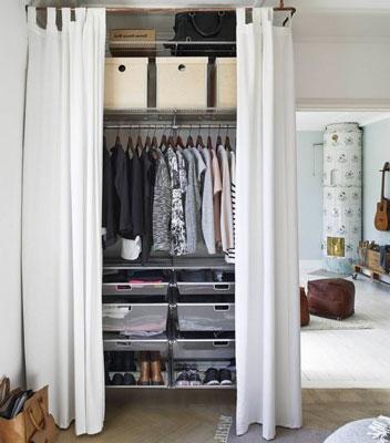 Dressing fermé par des rideaux pour aménager une petite chambre de 9 m2 en colocation