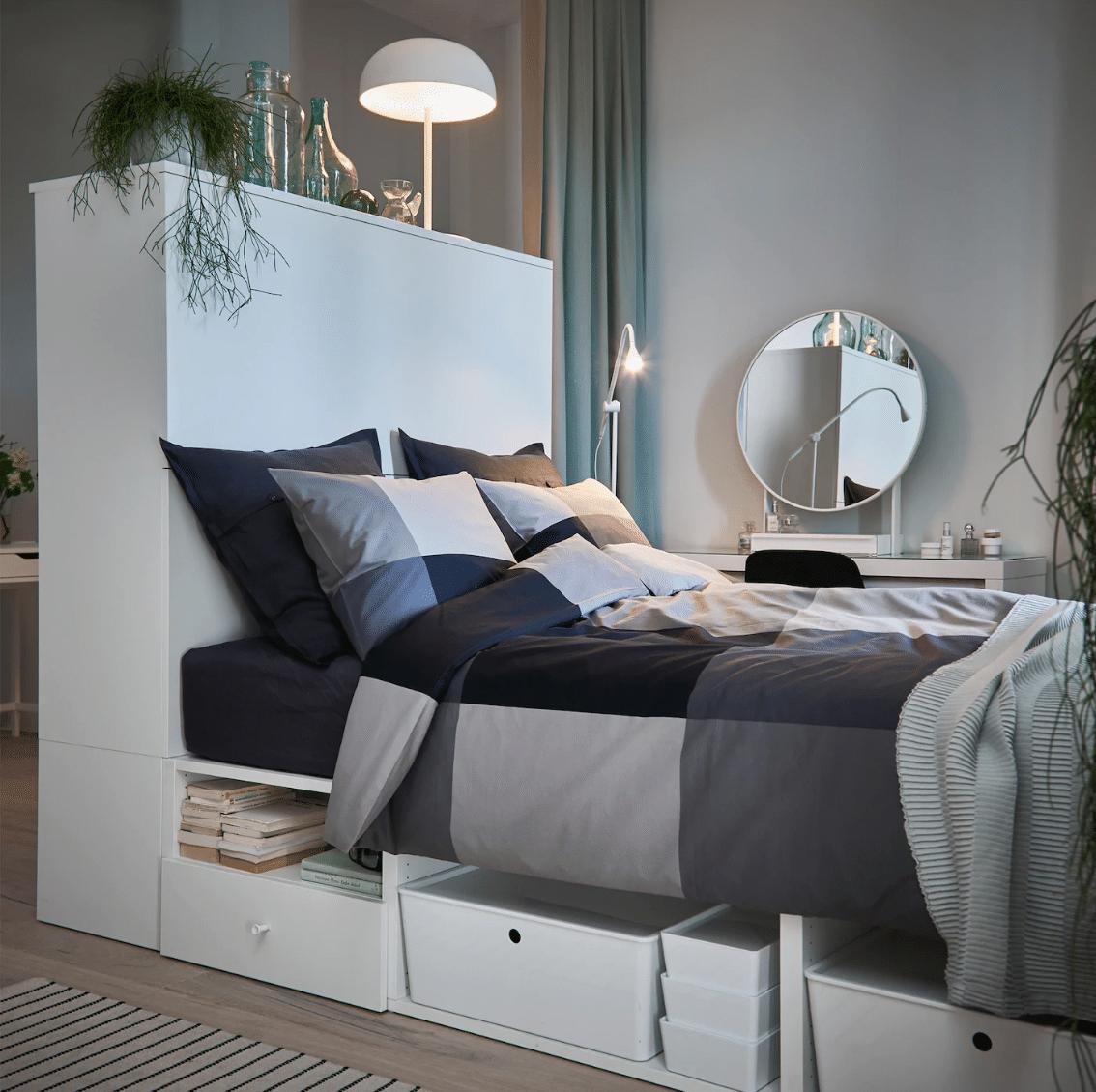 Dressing en tête de lit dans une petite chambre de 9 m2 en colocation
