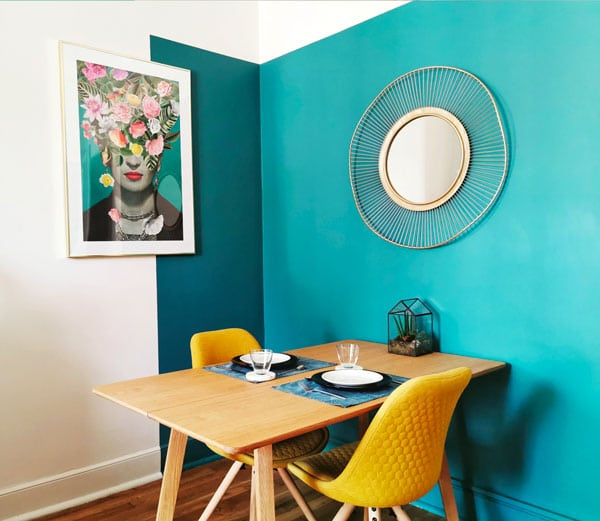 Espace salle à manger délimiter par la peinture au mur