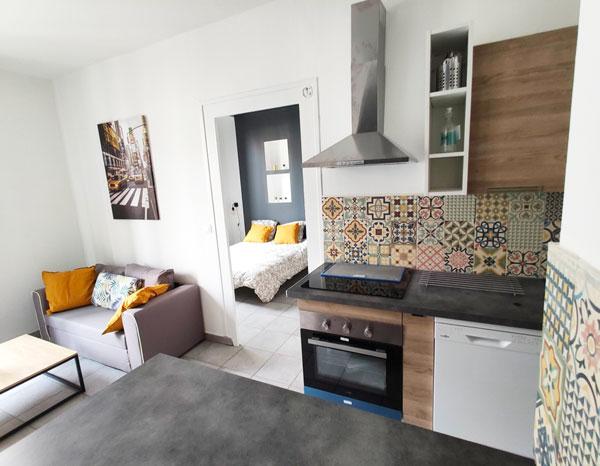 Cuisine aménagée et choix d'accessoires colorés pour un appartement qui se démarque des locations concurrentes